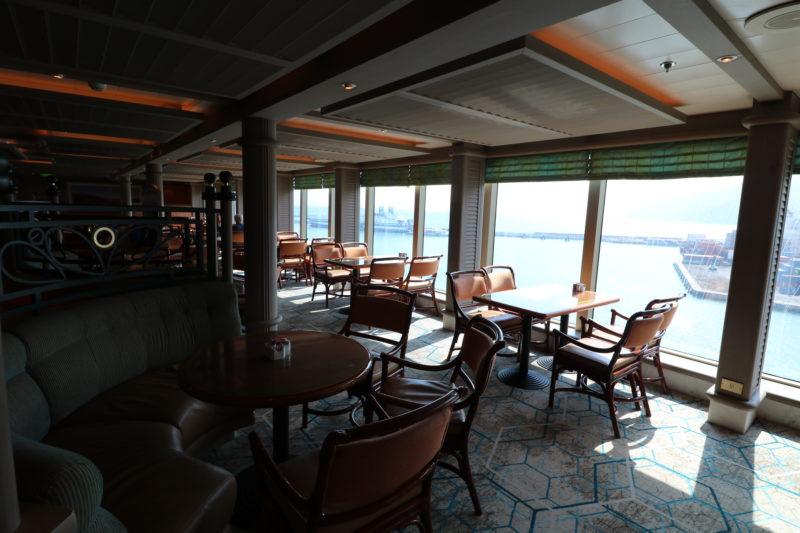 Horizon Court seatin & tables